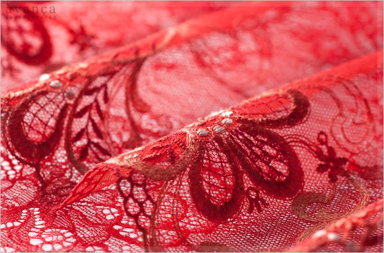 ヨーロッパならではの豪華なエンブロダイアリーレース(刺繍レース)です。赤、オレンジ、ベージュ、オフベージュの4色の刺繍糸を使い美しくオリエンタルな花模様を描いています。刺繍の糸には光沢があり艶やかで立体感のある絵画のよう。身に着けるだけで鮮やかさ溢れるセレブな赤いレースです。