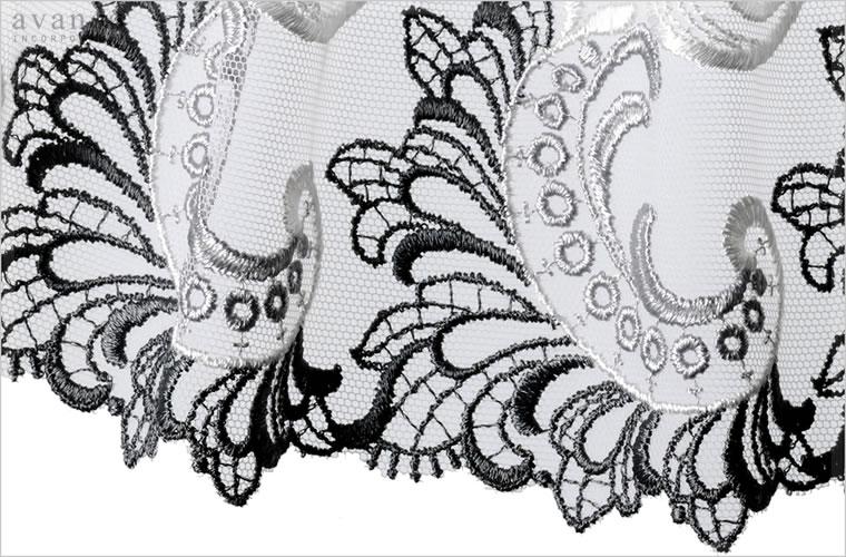 淡く柔らかなグレーベースのチュールに豪華なボタニカル刺繍をほどこしました。光沢ある刺繍糸が光を受けて、グレーからシルバーへと輝きます。統一感のあるトーンが清潔で凛とした印象を与えてくれる気品漂うコレクションです。