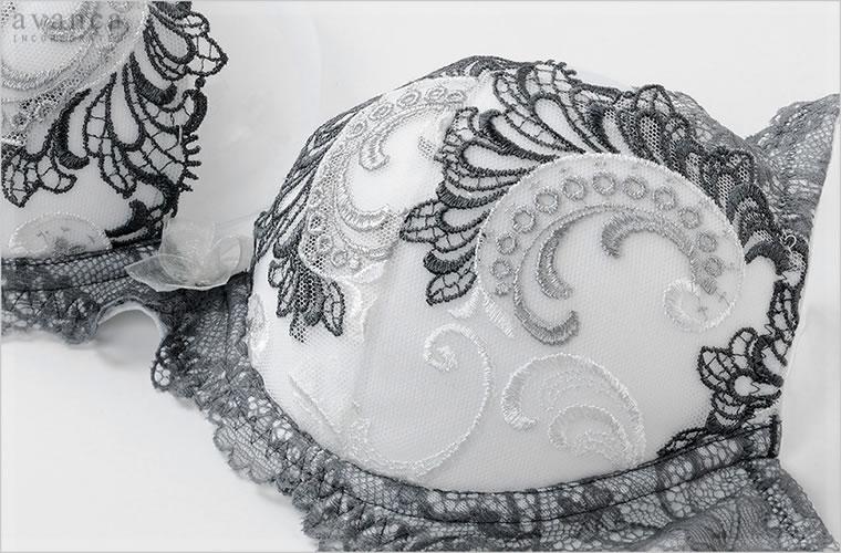 クラシックな香りに包まれる格調高い刺繍がラグジュアリーです。モノトーンの統一感が清潔で凛とした印象を与えます。