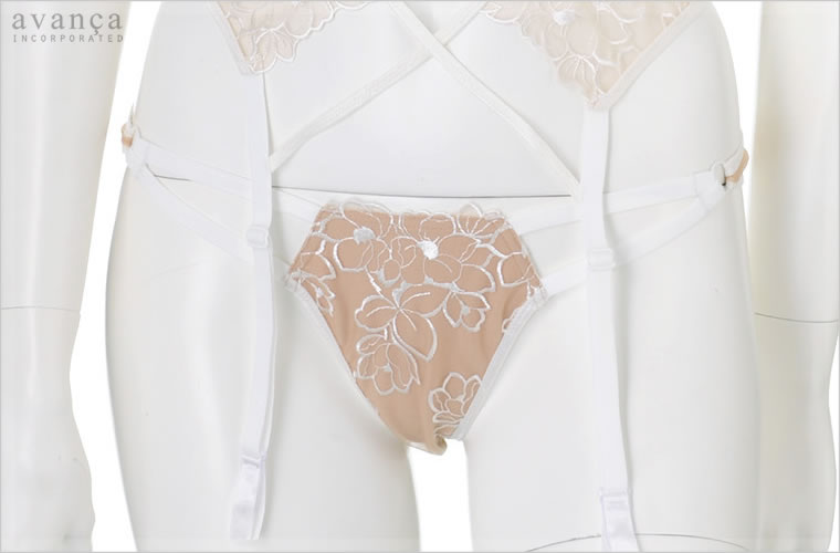 フロントパネルの刺繍レース部分はベージュのストレッチ素材で裏打ちされており透け感はありません。サイドは平ゴムで出来ています。2本のラインがスタイリッシュにウエストを飾ります。