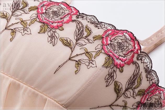 薔薇レースやクッション素材部分には伸縮性が無く、バスト回りのシルエットを保ちます。