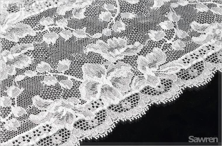ヨーロッパ産の高級ストレッチレースです。細かなネット地にくっきりと浮かぶように編みあげられたホワイトレース。肌に透けることでより美しさを感じるでしょう。