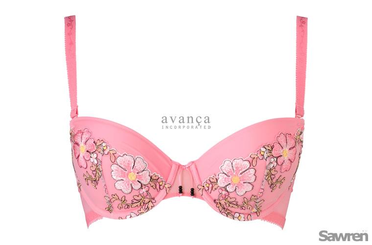 ピンクにコスモス刺繍の3/4カップブラジャー。瑞々しさを感じるピンク「ピーチエコー」は日本人の肌とも相性の良いトレンドカラーです。※モニターにより実際の色とは異なる場合がございます。