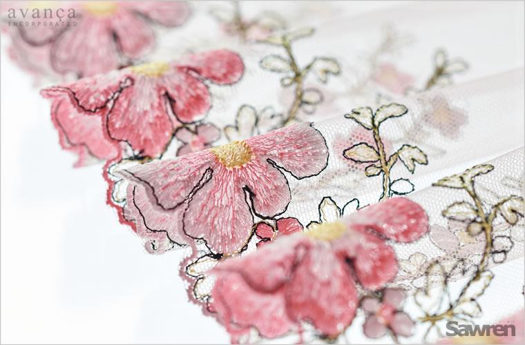 刺繍の柄はコスモス。可憐な少女のようにやさしさに溢れています。何色もの糸で表現された美しい刺繍。刺繍の回りを縁どる濃い糸で油絵のような立体感を出しています。コスモスが咲き誇るような見事なレースです。