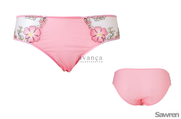 サイドのコスモス刺繍が可憐なシースルーショーツ。瑞々しさを感じるピンク「ピーチエコー」は日本人の肌とも相性の良いトレンドカラーです。※モニターにより実際の色とは異なる場合がございます。