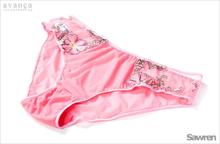 さらりとした素材が気持のよいショーツ。サイドのコスモス刺繍が肌へ美しく浮かび、肌の上で花が咲いたように可憐です。