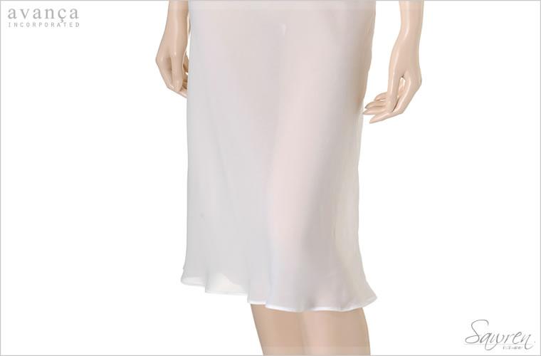 柔らかな落ち感と美しいシースルーが贅沢な膝下までのロングデザイン。シフォン素材が体のラインに優しく沿って大人の妖艶さを際立たせます。