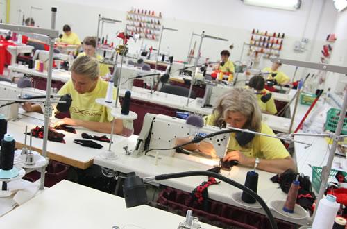 縫製を担当するのは専門学校でスキルを磨いたプロフェッショナルな女性たち。