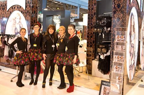 毎年パリで開催される国際ランジェリー見本市に出展。中央がブランド創業者のエディタ。