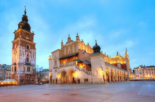 ポーランドの古都クラクフの中央広場と繊維会館。クラクフはヨーロッパでも人気の観光都市