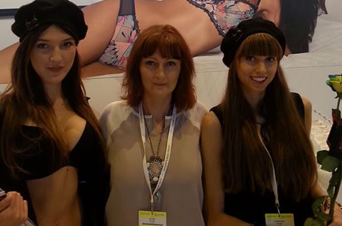 2014年にパリで開催された国際見本市Mode Cityにて。中央がブランド創業者のエヴァ
