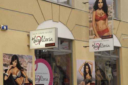 ヨーロッパの街中でも見られるエヴァビアンのランジェリーを販売するショップ