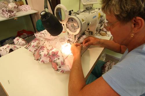 30種類以上もの小さなパーツをスピーディーに縫い上げる作業はまさに職人技。