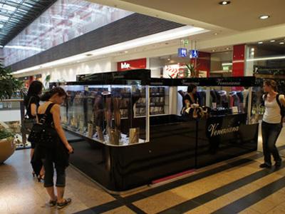 ポーランドのクラクフにある大型ショッピングモールで見つけたベネチアナのショッピングブース。夏が短いポーランドでは、ストッキングやタイツはファッションに欠かせないマストアイテム。ハイセンスな陳列商品に、多くの若い女性たちが立ち止まり、ショッピングを楽しんでいました。