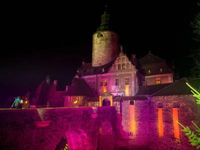一般女性の中からオーディションでトップモデルを生み出すポーランドの人気テレビ番組「Top Model」。13世紀の古城Zamek Czoha城でのファッションショー(第3回放送)で、Venezianaのタイツが使用されました。同番組はポーランドで絶大な人気を誇り、2010年から毎年放送されています。