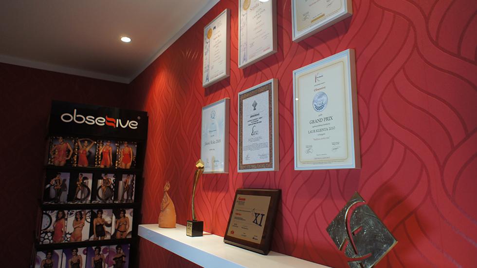 オブセッシブのオフィスにある数々の受賞トロフィー