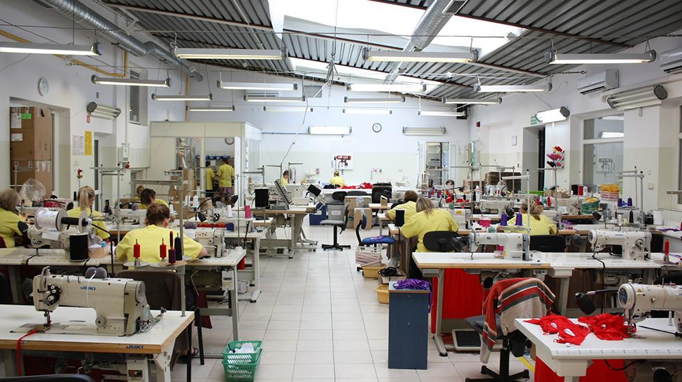 明るく広いアクサミの工場には日本製のミシンが並んでいる