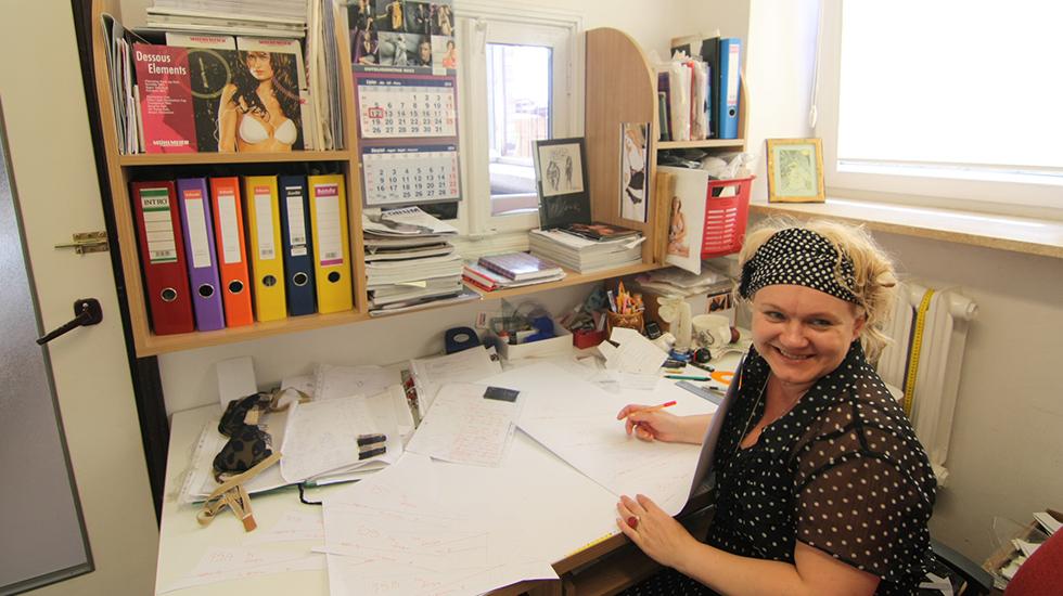 専属デザイナーウシュラはこのアトリエでランジェリーをデザインする