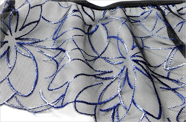 チュールレースに艶のある花の刺繍が美しい刺繍レースです。光のあたり具合によって刺繍が艶めきます。