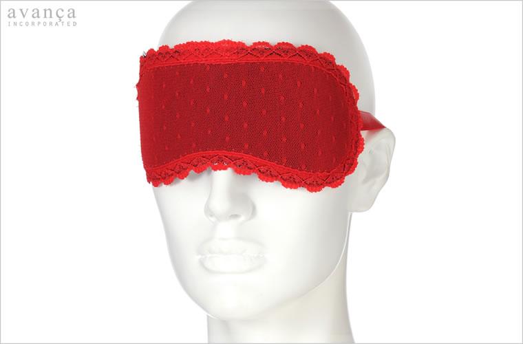 リボンを頭の後ろで結ぶタイプのアイマスクです。黒地に赤いシースルーレースを重ねているのでとても妖艶な雰囲気です。ゴムは付いていないタイプなので、リボンを結んだり外したりとプレイで楽しむアイテムです。敏感な肌に当る部分には縫い目等はなく薄いウレタンが入ったソフトな感触です。