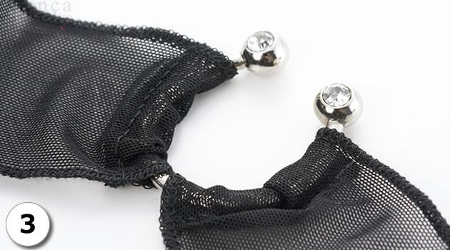 小さなイミテーションダイヤが埋め込まれています。アクセサリーは金属製で、500円玉ほどの重さがあります。