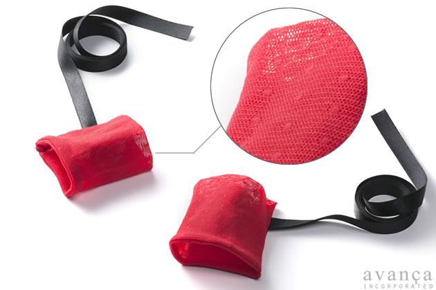 ボデイと同じメッシュのストレッチ素材の手枷(てかせ)です。サテンのリボンを結んで使用します。手枷の長さと幅は約7.5cmです。
