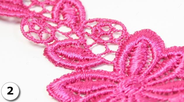 眩しいほど鮮やかなピンク色が、とても綺麗です。密度の濃い、繊細な刺繍です。しっかりと編まれているため、伸縮性はありません。