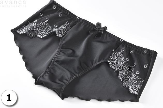 輝くジュエリーの様なブラック&シルバーの上品な刺繍。フロントは無地のストレッチ素材を使ったノーマルショーツです。