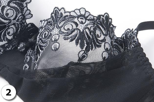 チュールレースに美しく重厚な刺繍デザイン。黒とシルバーの刺繍はまるでジュエリーの様です。中央ではチュールに包まれた大粒のラインストーンが静かに輝きます。