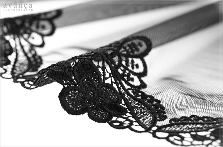 ドレスのような高級感ある立体刺繍が素肌を贅沢に装飾。ベースのレースは透明度の高いシアーブラック。まるでベールに包まれたような神秘的な美しさが漂います。
