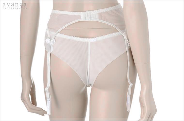 バックは素肌に馴染む透明感あるチュールレース仕立て。大きめのサテンリボンがセクシーさに愛らしさを添えます。ベルトの取外しはできませんが長さの調節が可能です。