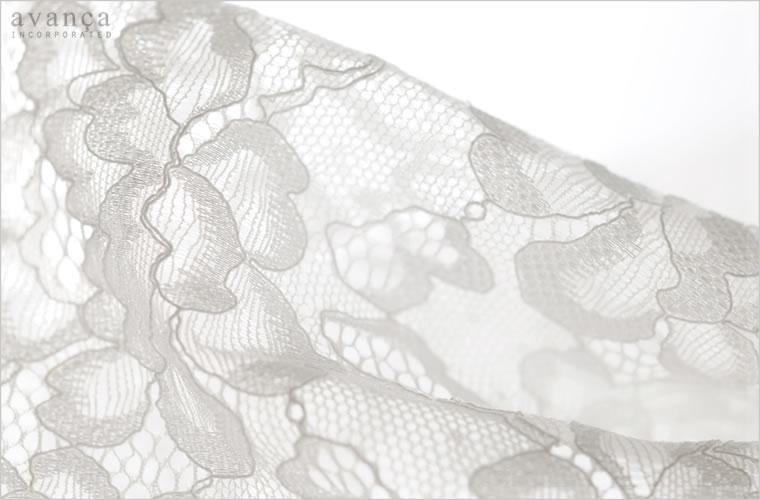 繊細に縁取りされたフラワーモチーフが印象的。光沢刺繍が光を受けて優しく輝くヨーロピアンエッセンスを感じさせるロマンティックレース。