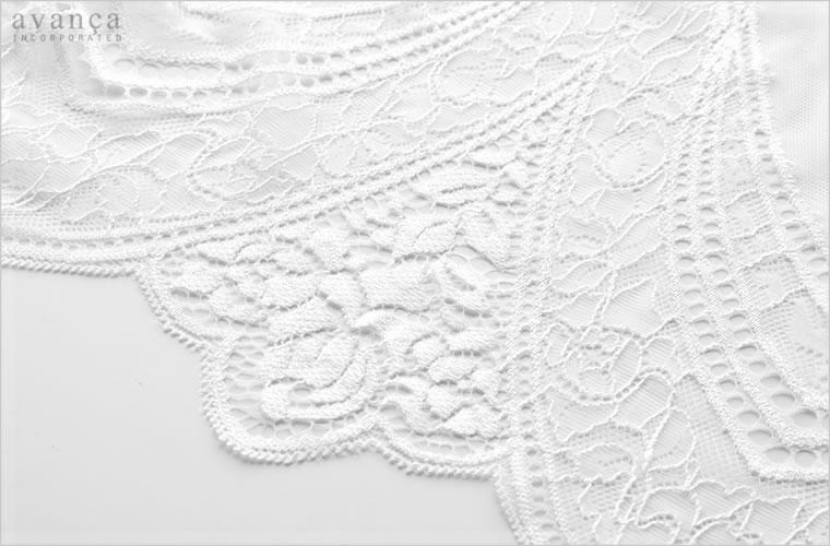 ホワイトカラーの軽いストレッチレース。繊細な柄で素肌を美しく引き立ててくれます。薄くなめらかなレースが自然な落ち感を作り出し体のラインにきれいに沿ってくれます。