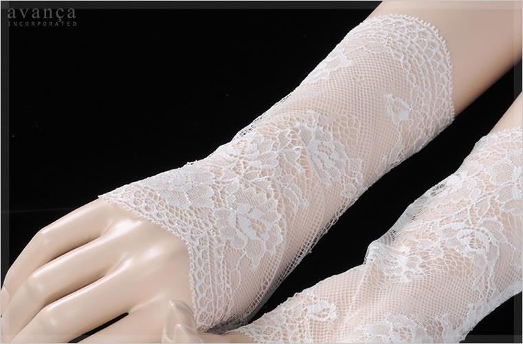 ストレッチ素材が優しくフィット。気品漂う繊細レースは手元を華奢に美しく見せてくれます。自然と所作が美しくなるエレガントなアイテムです。