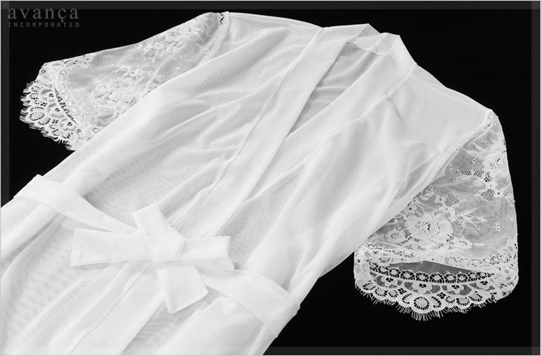 ボディは優しく透けるシースルー。繊細な花柄レースの袖は五分丈です。上品な透け感のシースルーは柔らかく手触りもなめらか。袖のレースが肩回りを華奢に見せてくれます。