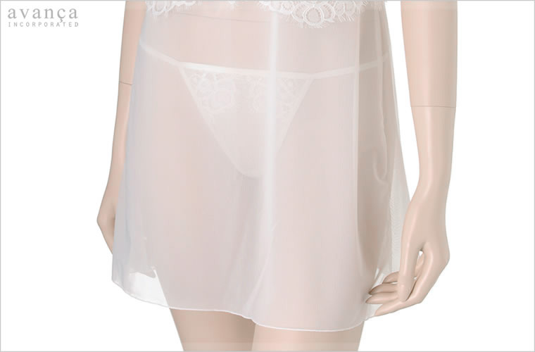 スカートの部分は柔らかなシースルーを使用。心地よい肌触りでスカート下のインナーとしても最適です。優しい透け感のシースルーからセットのタンガが透けて見える美しいデザインです。