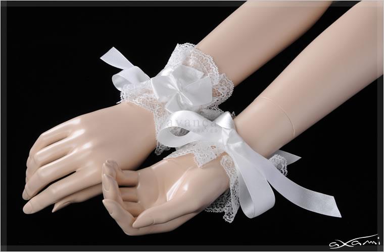 大きめリボンが愛らしいリストドレス。波形の縁取りが大切な日の素肌を優美に飾ります。