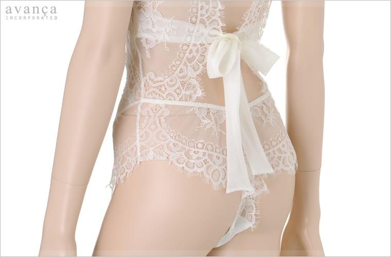 エッジレースが素肌を装飾。ヒップを美しく際立たせます。やわらかいシースルー素材のリボンがロマンティックなルックスです。