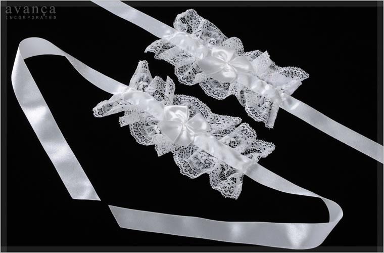 リボンを結んで着用します。長めにとられたサテンリボンが揺れるロマンティックなアイテムです。