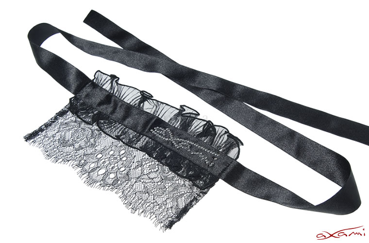スワロフスキークリスタルで装飾された、贅沢なアイマスク。隠すからこそ際立つ美しさがあります。