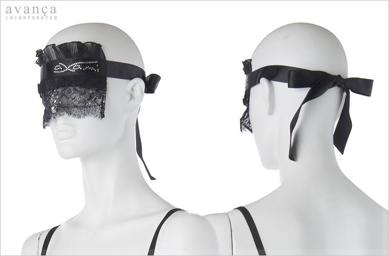 後ろでサテンリボンを結んで装着します。アイマスクによくあるゴムバンドタイプよりも色気があってセクシーです。