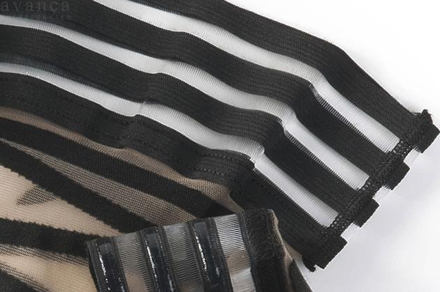 編み上げ風のリボン柄の上の太もも部分はは、4本の丈夫なゴムベルトが付いています。ゴムベルトは1本約1cm幅です。ゴムとゴムの間をを透明の糸で繋いているため、着用すると透明部分から肌が透けます。