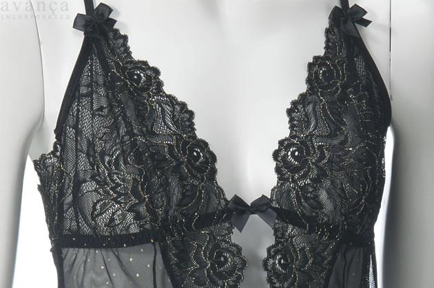エレガントな黒色の花柄レースの輪郭をなぞるように、金色に輝く装飾が施されています。大胆に開いた胸元をリボで留めたようなデザインになっていますが、リボンは飾りで胸元のつなぎ目を解くことはできません。