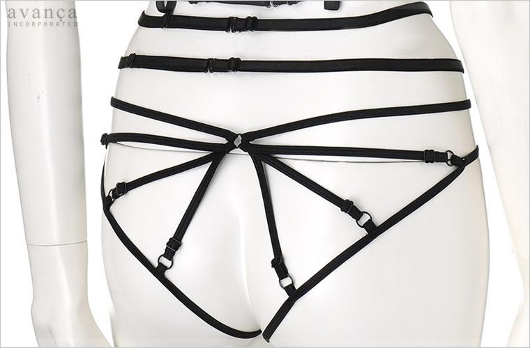 バックは官能的なストラッピーだけのデザイン。四方に伸びるストラッピーがセクシーにヒップを飾ります。ストラッピーは1本ずつサイズ調節が可能です。