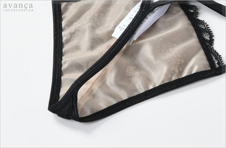 フロントパネル裏側は、ベージュのチュールレースをあしらった2枚仕立て。クロッチ部分(ショーツの股部分)には当て布がありません。