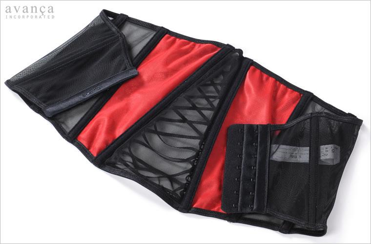 ボーンは柔らかなクッション素材で包まれ肌への当たりもソフトです。フロントレースの裏側にはレッドカラーのチュールレースをあしらった二枚仕立て。