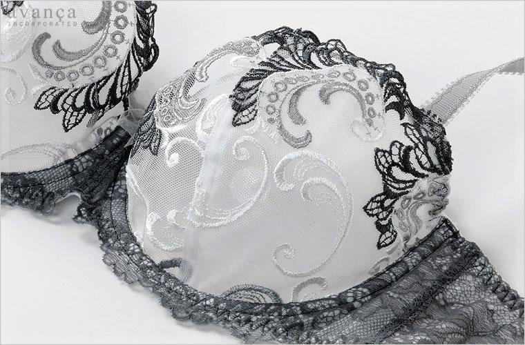 カップはフルカップ。立体感のある2枚はぎです。豪華な花の刺繍部分をカップ上辺に配しデコルテを華やかに飾ります。胸元には洗練されたオーガンジーのリボンが付いています。