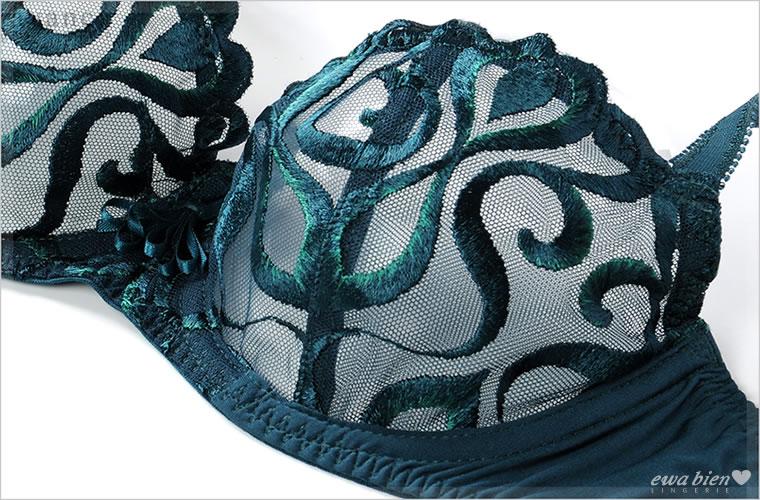 カップは2枚はぎ。立体縫製でバストをナチュラルに美しく見せてくれます。扇形のサテンリボンが美しく胸元を飾ります。