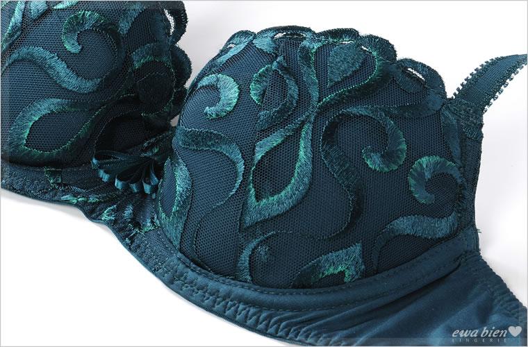 チュールレースにエメラルドグリーンの糸を織り込んだ刺繍をデザインしたプッシュアップブラジャー。胸元の扇形のサテンリボンが印象的です。