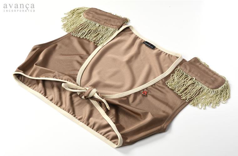 アンダーバストで結ぶショート丈がセクシーなトップスです。胸元に縫い付けられたピンバッジは細部まで手を抜かないオブセッシブならではの遊び心です。